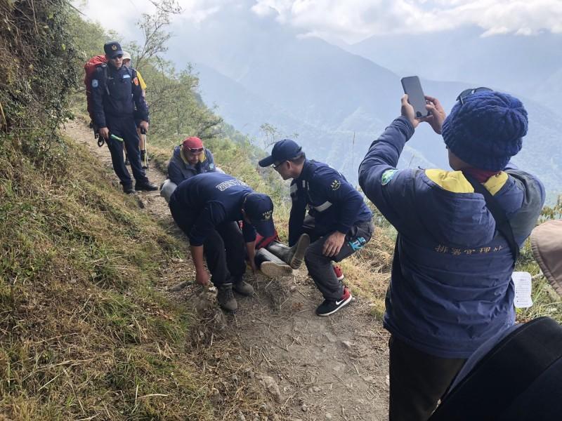 60歲邱姓登山隊領隊今上午在距離玉山登山口500公尺處,突昏倒猝死,經急救無效。(記者王善嬿翻攝)