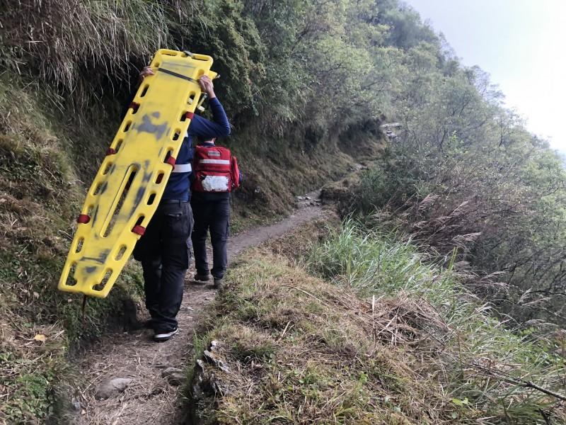 救護人員獲報患者已經失去心肺功能,帶長背板前往搶救。(記者王善嬿翻攝)