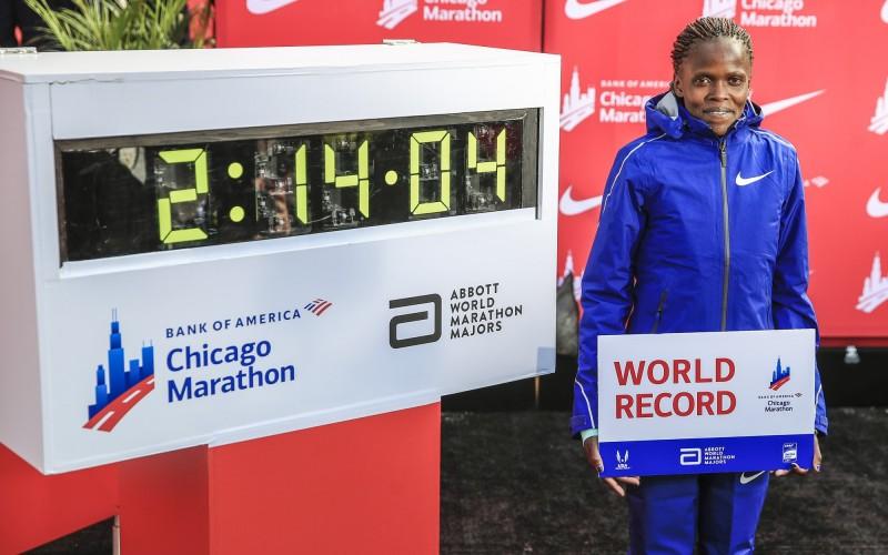 肯亞女子長跑選手寇絲蓋以2小時14分04秒完成芝馬二連霸,同時打破高懸16年的女子馬拉松世界紀錄。(歐新社)