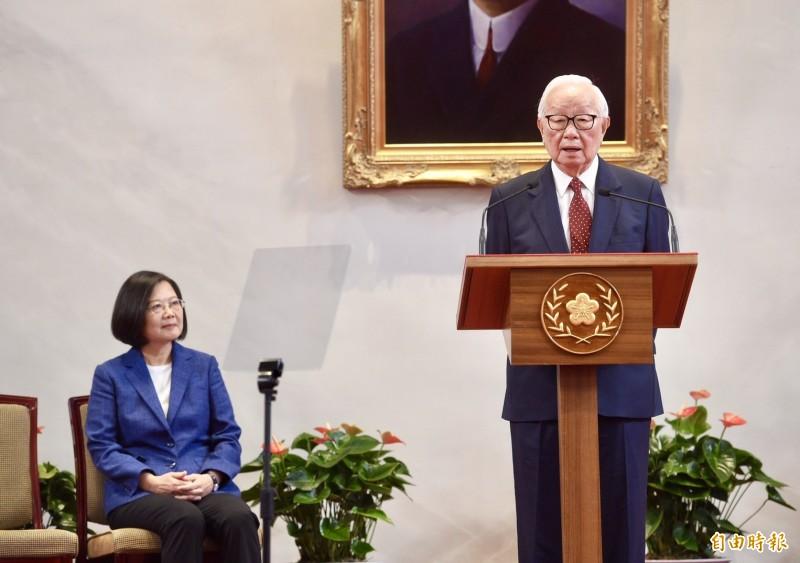 今年APEC(亞太經合會)經濟領袖會議,總統蔡英文(左)宣布由台積電創辦人張忠謀(右)將再任領袖代表,張忠謀在總統府記者會上表示,將藉機向國外領袖說明如何充分利用數位經濟帶來的貢獻,以及如何解決所帶來的問題。(記者羅沛德攝)