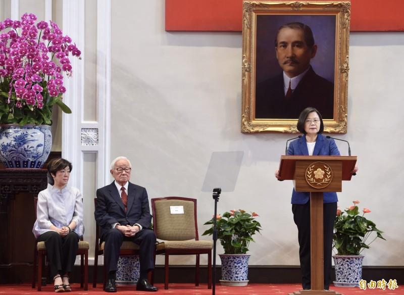 總統蔡英文(右)14日上午於總統府召開記者會,宣布由台積電創辦人張忠謀(右中)將再擔任APEC(亞太經合會)領袖代表。(記者羅沛德攝)