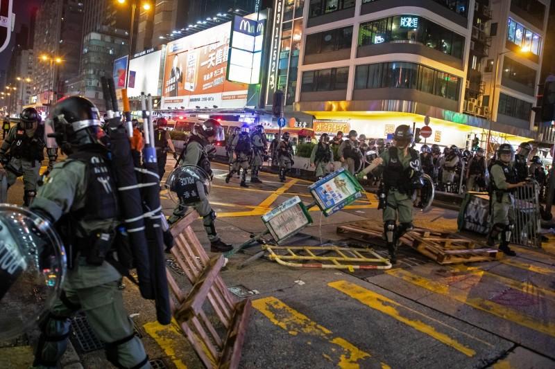 香港13日抗爭,警民對峙,警方強力鎮壓清場。(彭博)