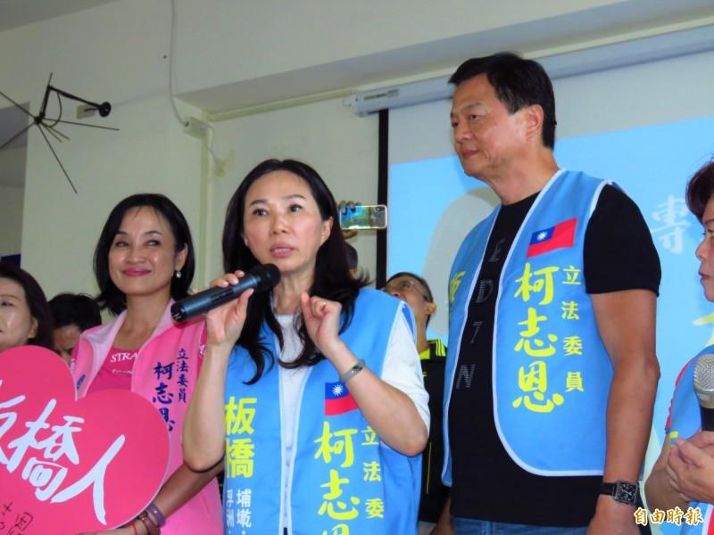 李佳芬(中)6日為立委參選人柯志恩(左)站台,右為前台北縣長周錫瑋。(資料照,記者陳心瑜攝)