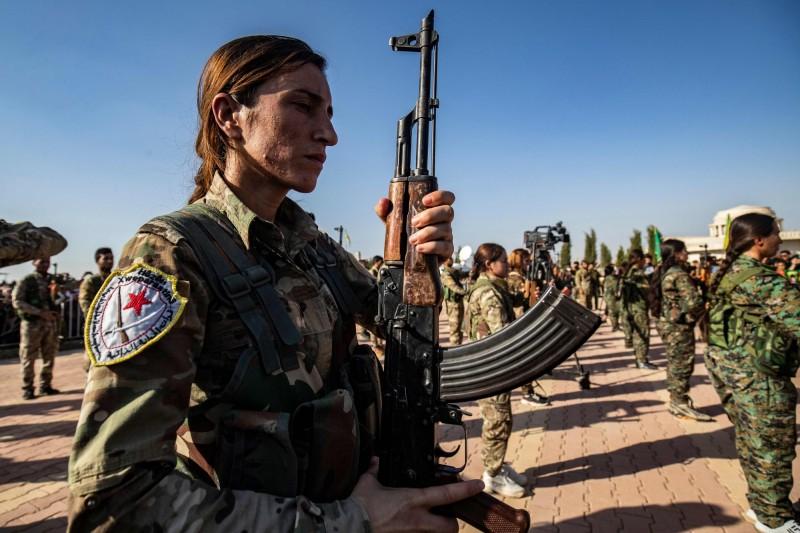 土耳其出兵敘利亞北部,造成多人死亡。圖為軍人們出席庫德族女政治家哈拉夫(Hevrin Khalaf)與其他庫德族戰士的葬禮。(法新社)