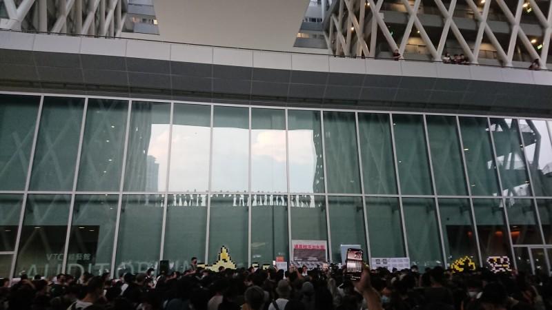 香港人反抗》怪怪的!少女泳將生前監視錄影 同學「不收貨」