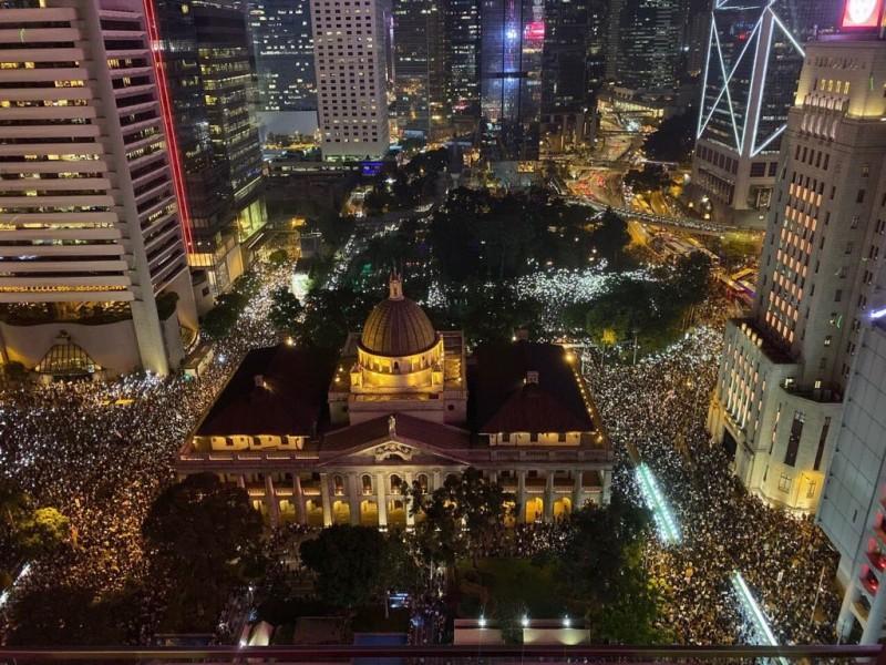 「香港人權法造勢大會」晚上7點於香港中環遮打花園舉行。現場人潮眾多,集會地點被擠爆。(圖擷取自TG_寶寶Channel)