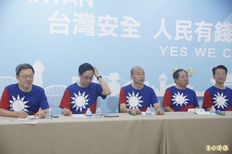國民黨總統參選人韓國瑜(中)率國政顧問團公布兩岸政策白皮書, 他表示,要營造更和平的環境,而且兩岸目前不存在統一或獨立的條件。(資料照)