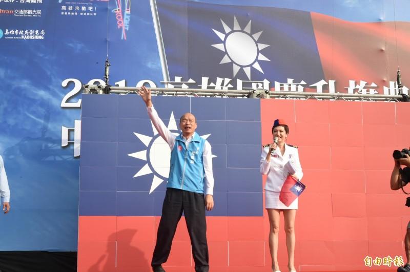 熊海靈(右)幫韓國瑜(左)主持國慶升旗典禮,被網友評為「過氣藝人」,但管仁健認為,沒有紅過談何過氣?(資料照)