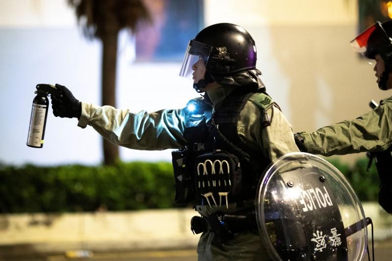 香港人反抗》不只警棍!傳港警休假期間獲准攜帶「胡椒噴霧」