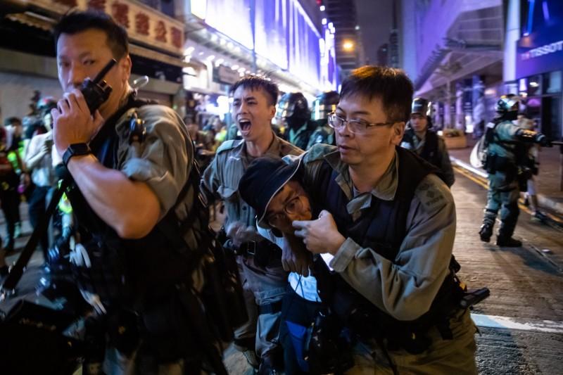 香港13日抗爭,警方強力逮捕示威者。(彭博)