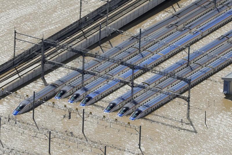 長野新幹線車輛中心的120節「北陸新幹線」車廂泡水。(美聯社)