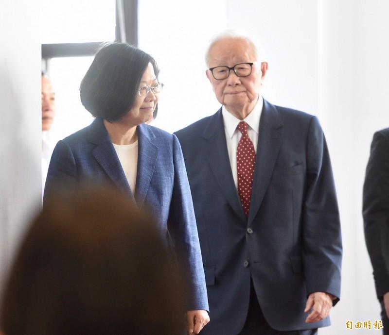 總統蔡英文14日上午於總統府召開記者會,宣布由台積電創辦人張忠謀將再擔任APEC(亞太經合會)領袖代表。(記者羅沛德攝)