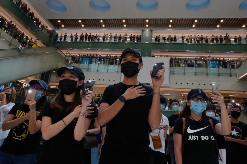 警方今天下午新增一項條件,指「香港人權民主法案集氣大會」的主辦單位需提醒所有參與集會者遵守《禁蒙面法》。(美聯社)