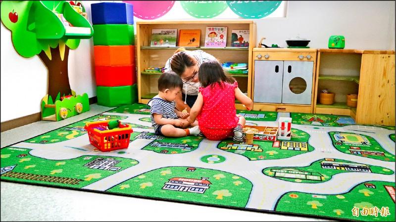 新竹市府社會處五月首度開辦定點臨時托育服務,讓全職媽媽也能喘息,實施成效不錯。(記者洪美秀攝)