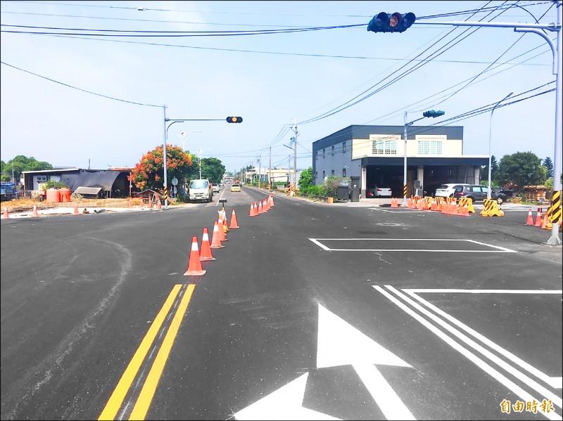 兩線道拓寬為廿四米寬四線道路,路寬不對稱,用路人擔憂。(記者廖淑玲攝)