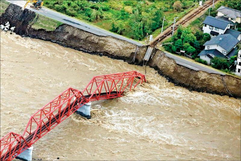 至少卅七條河流決堤,長野縣千曲川跨河鐵道遭沖垮。(法新社)