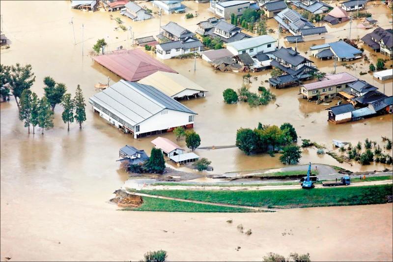 哈吉貝颱風12日晚間登陸日本,引發破紀錄降雨量及大量災情,多處河流決堤,到處是水鄉澤國。(法新社)