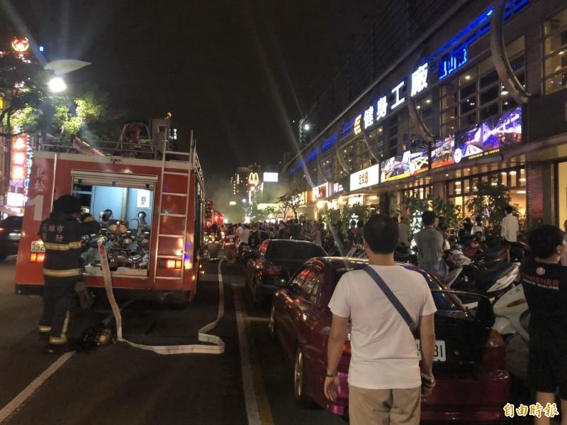 高雄三民區澄清路上某知名燒肉店14日晚間傳火警,疑似桌上排油煙機冒出濃煙,有3名員工脫困時嗆傷送醫。(記者方志賢攝)
