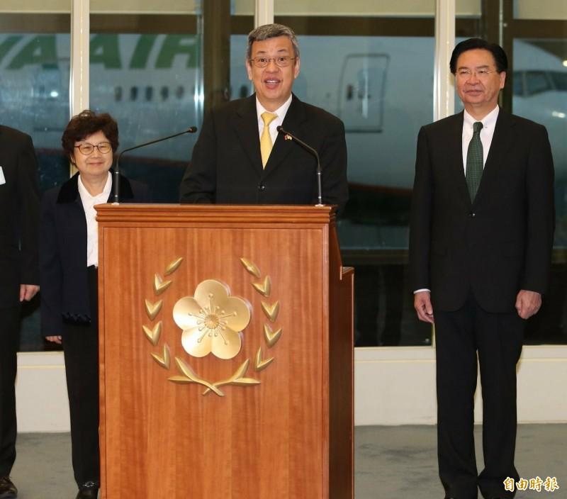陳建仁副總統伉儷結束訪問教廷行程返國,外交部長吳釗燮(右)前往機場接機(記者姚介修攝)