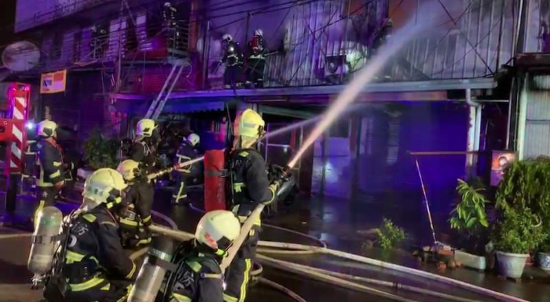 台中霧峰四德路一處連棟鐵皮屋住宅今天凌晨起火燃燒,現場火勢猛烈延燒4戶,消防人員全力出水灌救。(記者陳建志翻攝)