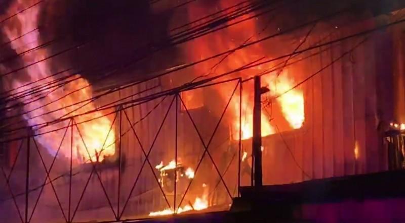 台中霧峰四德路一處連棟鐵皮屋住宅今天凌晨起火燃燒,現場火舌不斷竄出相當嚇人。(記者陳建志翻攝)
