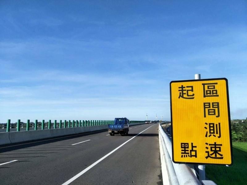 桃園市首處「區間測速照相」,設置於台61線西濱快速道路觀音至新屋段,明年元旦開始取締。(桃園市政府警察局提供)