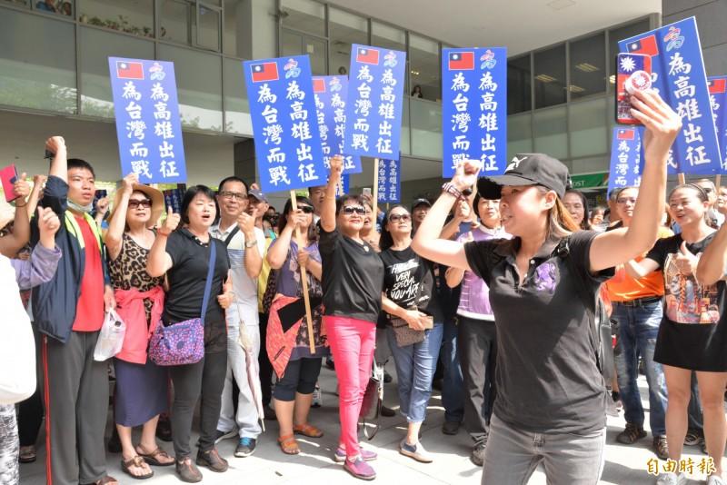 韓粉改以「庶民」裝扮,舉著「為高雄出征 為台灣而戰」的牌子高喊:「韓國瑜加油!」(記者許麗娟攝)