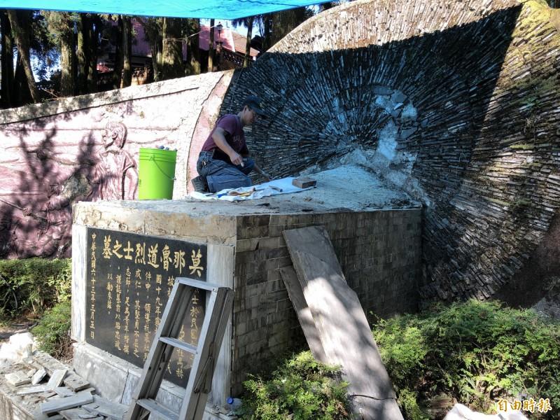 原住民抗日烈士莫那.魯道之墓因上方水泥塌陷與漏水,目前進行整修,卻是遺族耆老被托夢才發現。(記者佟振國攝)
