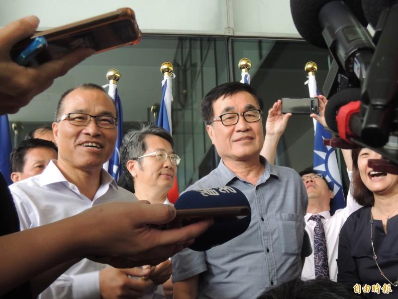 葉匡時(左)將代理高雄市長,右為李四川。(記者王榮祥攝)