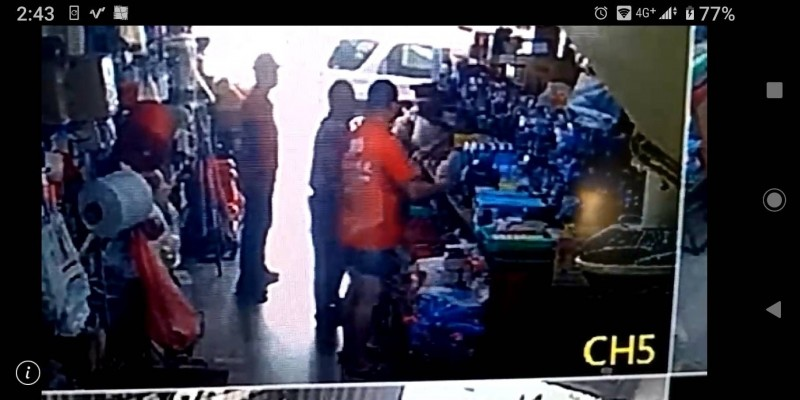 雲林「吳總統」(圖中著橘色上衣者)買東西拿記者名片嗆店家還未付清餘款挨告。(記者廖淑玲翻攝)