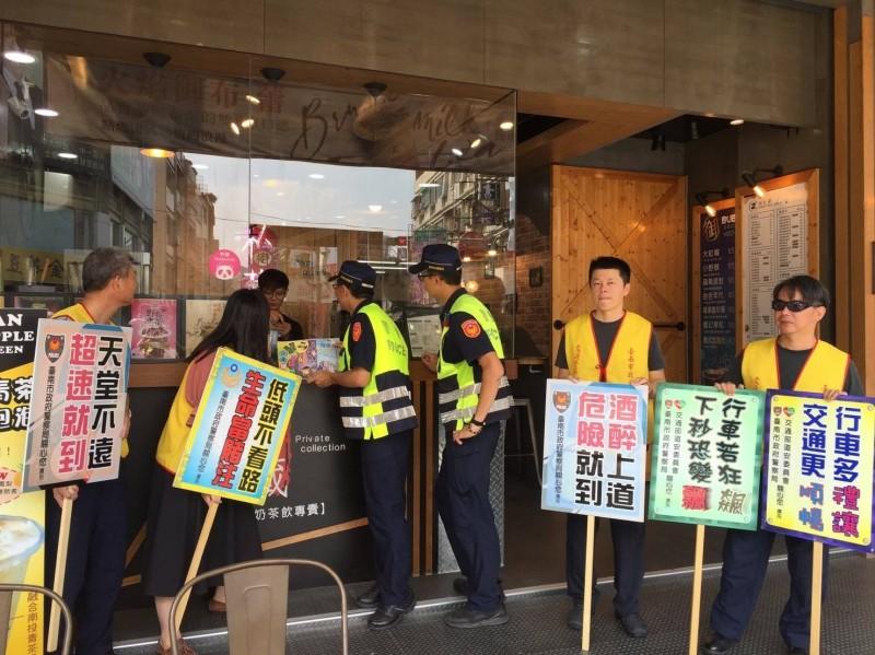 警方向食物外送名店老闆等人員宣導提醒外送員注意行車、交通安全。(記者王俊忠翻攝)