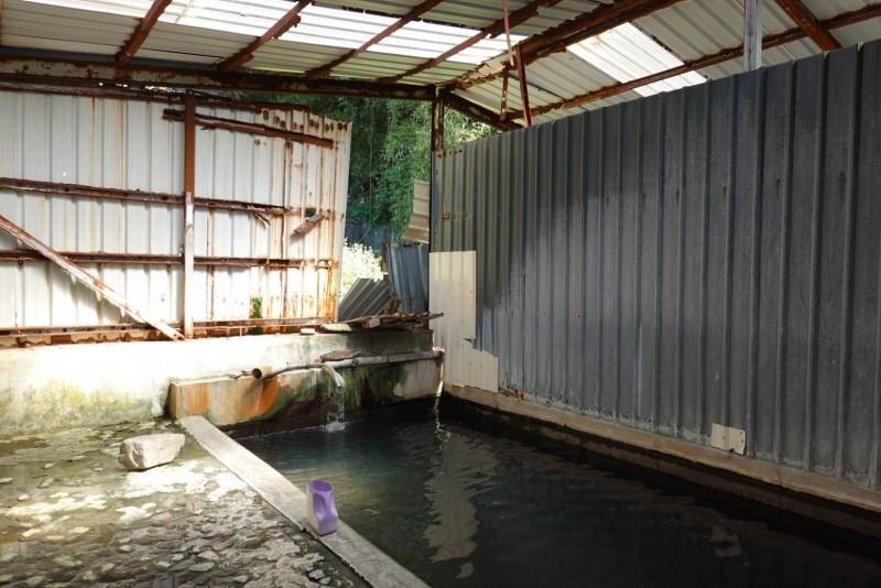 紅香社區公共温泉池設備破舊,林明溱說縣府會協助鄉公所儘速更新修復。(南投縣政府提供)