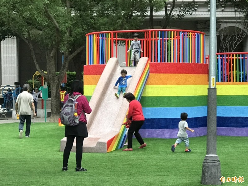 同安公園藉著新增共融遊具,將原有的磨石子溜滑梯漆成繽紛的彩虹配色。(記者陳心瑜攝)