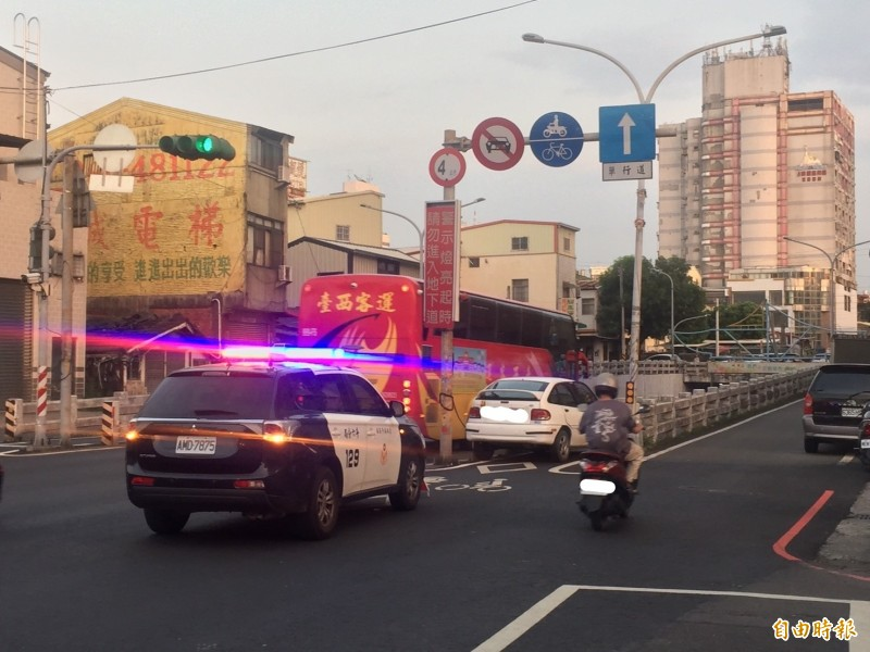 西平路車行地下道標誌清楚,但仍有轎車誤闖車道。(記者林國賢攝)