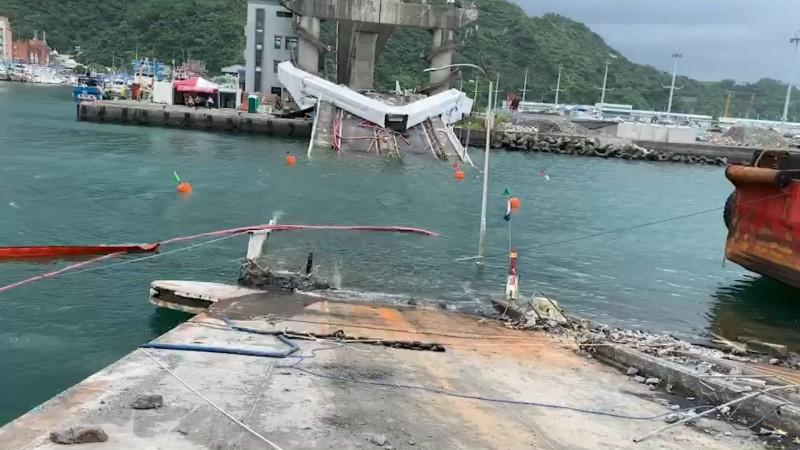 南方澳斷橋橋面版拆除現場。(記者江志雄翻攝)