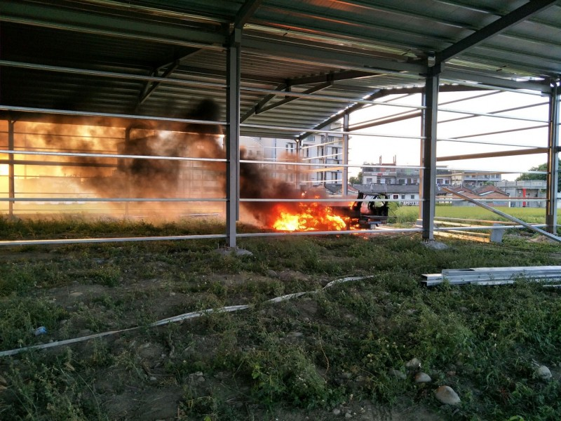彰化福興火燒車狂冒黑煙 大家一起找才發現在鐵皮屋內