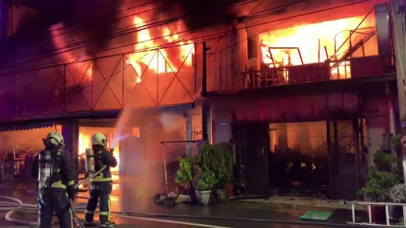 台中霧峰凌晨4戶鐵皮屋燒毀 疑遭人闖入縱火