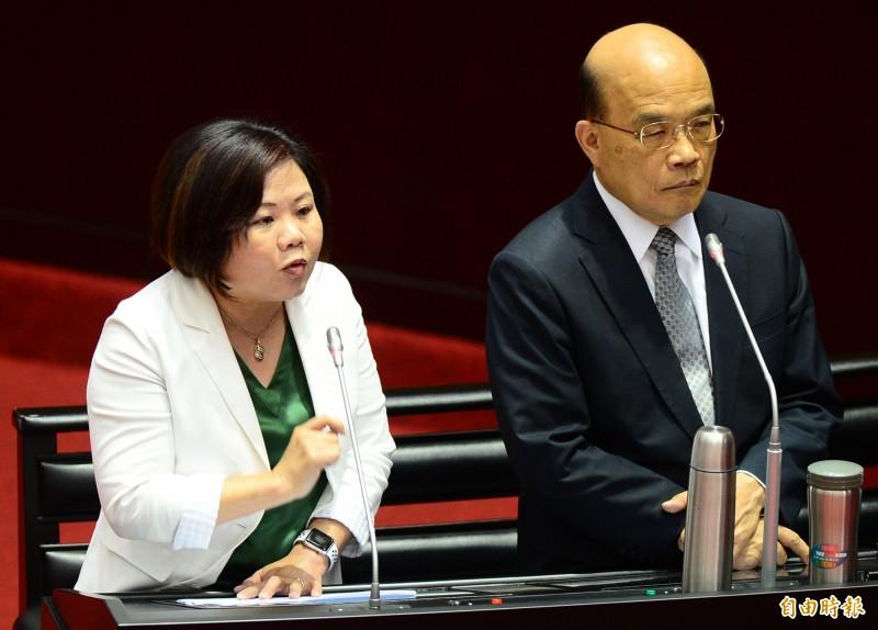 立法院院會,針對外送員議題,行政院長蘇貞昌(右)、勞動部長林美珠(左)接受備詢。(記者王藝菘攝)
