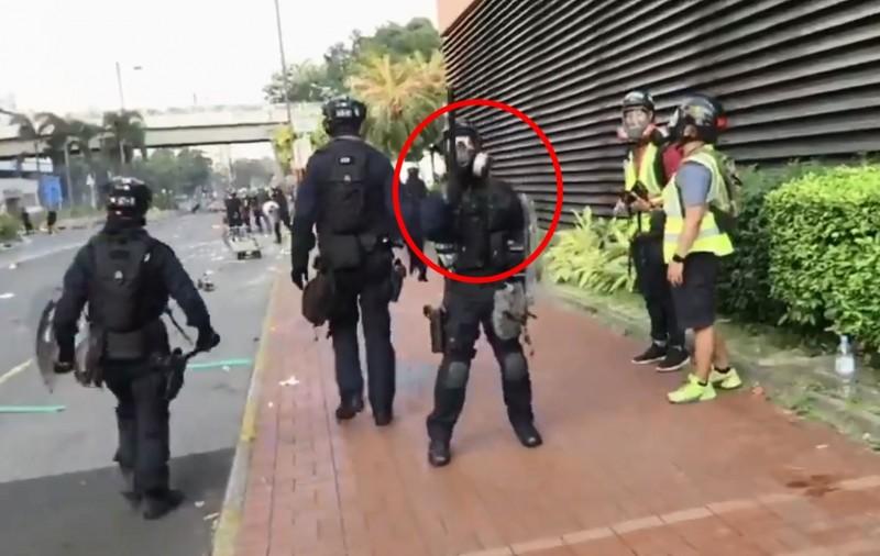 有網友在推特上傳一段影片,顯示香港速龍小隊中有一位成員(紅圈處)疑似帶有北方口音。(圖擷取自「Cindy」推特)