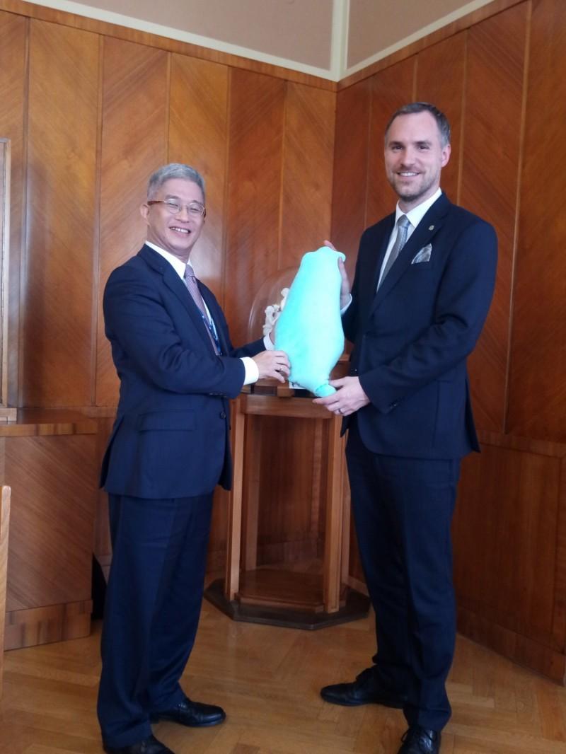 外交部次長徐斯儉(左)14日(當地時間)會晤布拉格市長賀瑞普(右),將台灣造型的頸枕當見面禮。(駐捷克代表處提供,中央社)