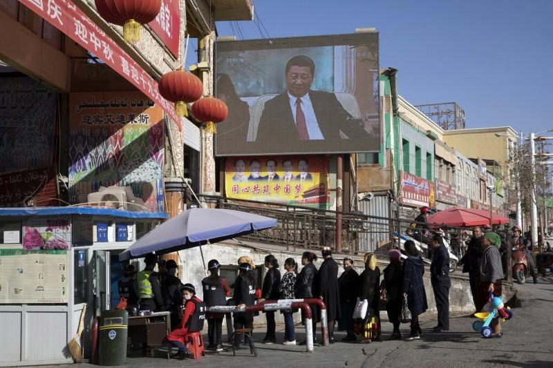 中共招收大量新疆學生到「內地」念書,除了嚴格控管外,學生也被當成是「人質」,防止家長們在新疆惹事。(美聯社)