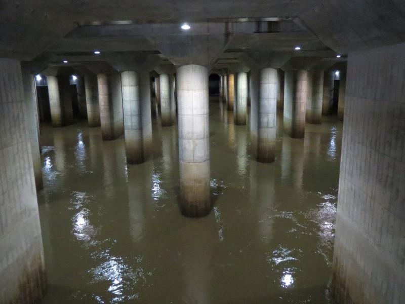 防洪「地下神殿」時隔4年全面啟用,從12日至14日早上共排出了1000萬噸的洪水。(圖取自推特@gaikaku_guide)