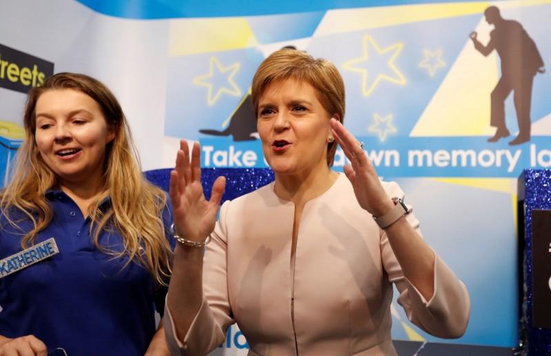 根據蘇格蘭今天生效的法律,蘇格蘭男同志和男雙性戀者過去若因從事合意同性戀行為遭起訴,將獲得自動赦免。蘇格蘭首席大臣施特金(Nicola Sturgeon 右)向因這類案件遭定罪的人公開道歉。(路透)