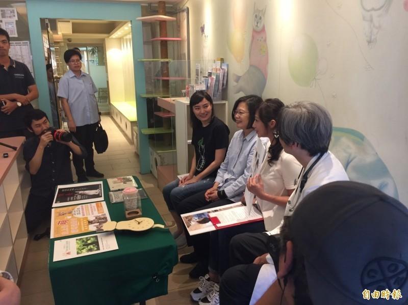 總統蔡英文11日造訪台北市嘉慶動物醫院,直播談寵貓經,卻有人造謠稱動員上百人維安只是為了蔡英文的愛貓生病要看獸醫。(資料照)