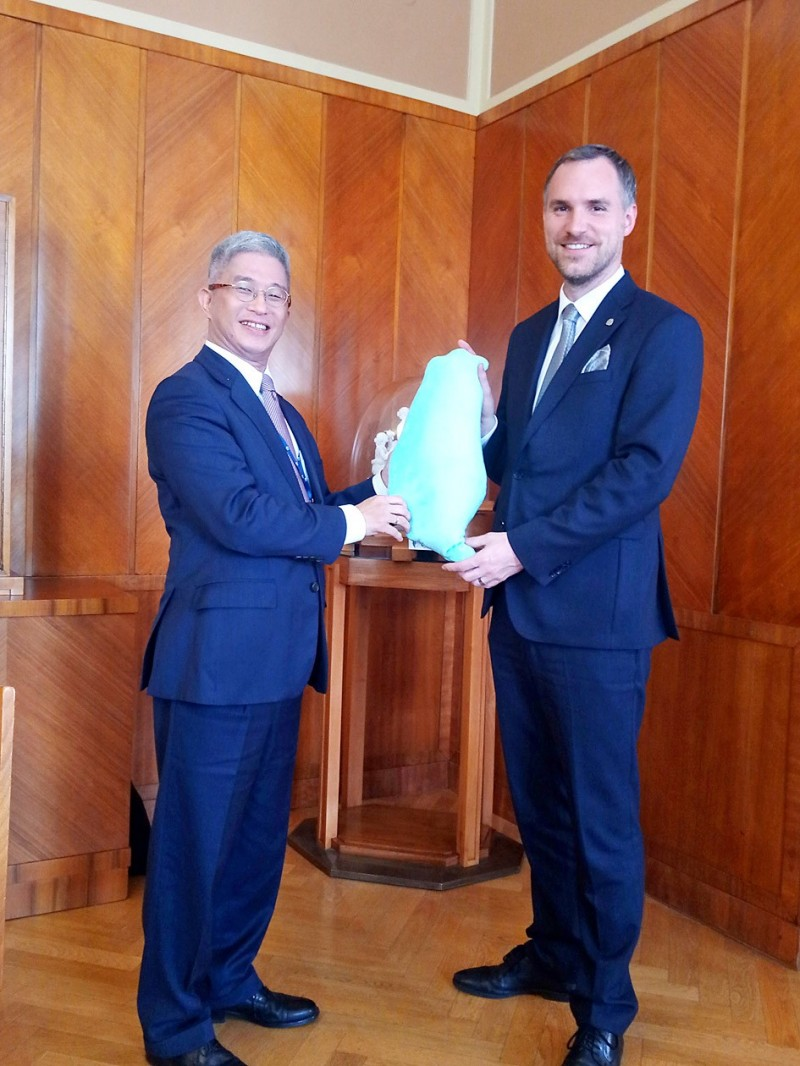 Deputy Minister of Foreign Affairs Hsu Szu-chien, left, presents a Taiwan-shaped pillow as a gift to Prague Mayor Zdenek Hrib on Monday during his visit to the Czech Republic.  Photo courtesy of the Taipei Economic and Cultural Office in Prague via CNA