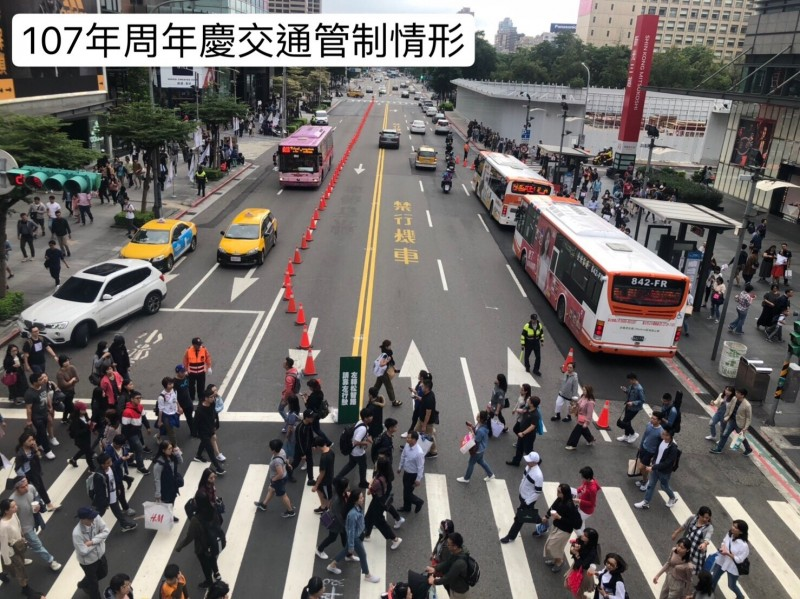 去年信義商圈百貨周年慶交通管制情形。(記者姚岳宏翻攝)