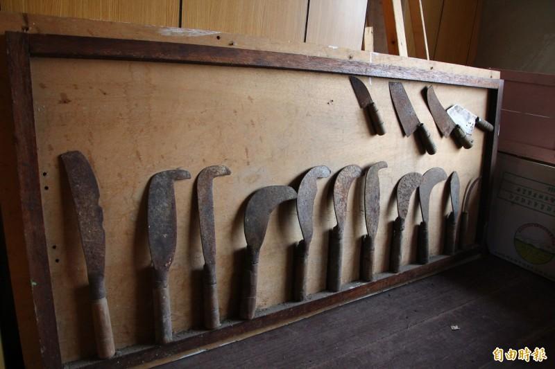 存德中藥房用來切中藥的老刀具。(記者林宜樟攝)