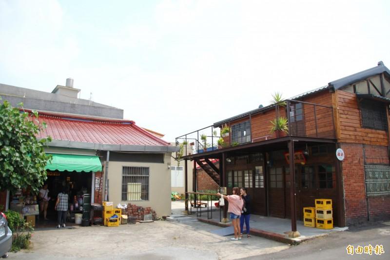 存德中藥房與隔壁的百年柑仔店「慶和柑仔店」形成一處廣場,是當地民眾聚會場所。(記者林宜樟攝)