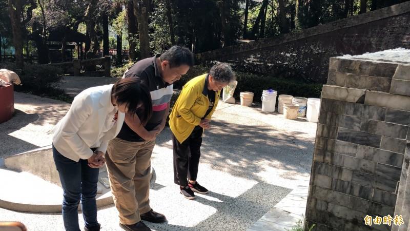 莫那.魯道外孫女張呈妹(右),今天上午由子女陪同至霧社事件紀念公園祭拜祖靈。(記者佟振國攝)