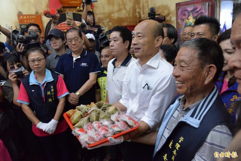 韓國瑜首站到屏東恆春鵝鼻保安宮參拜,廟方送上粽子。(記者許麗娟攝)